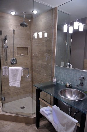 Shaw Club Hotel: Great bathroom with a separate shower and stand alone tub