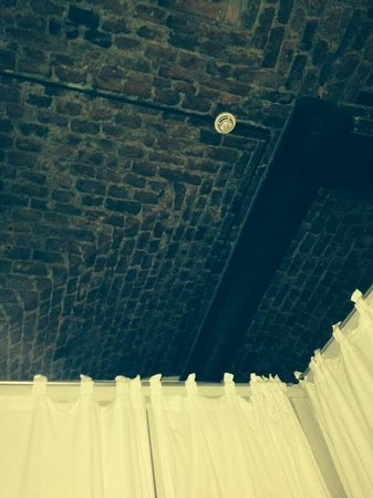 Old Town Lodge: View from the bed, open ceiling