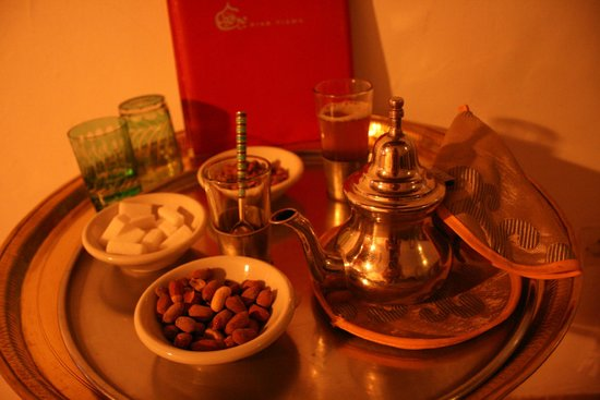 Riad Tizwa : mint tea and candied nuts
