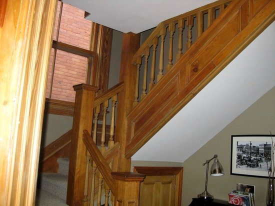 Avalon Bed & Breakfast : Stairs to rooms