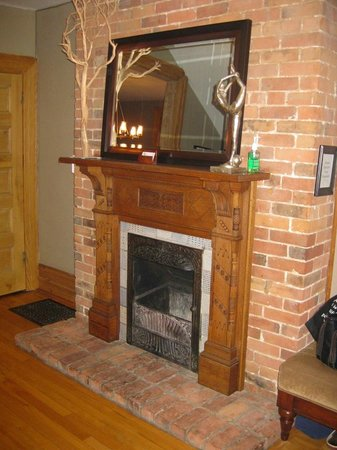 Avalon Bed & Breakfast : Hall fireplace