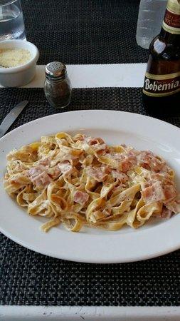 La Famiglia: Fettuccine Alfredo.   Awesome!