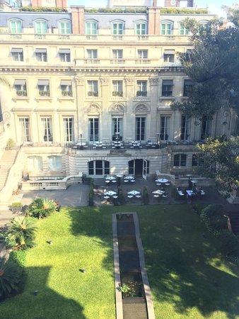 Palacio Duhau - Park Hyatt Buenos Aires: Vista del restaurante y jardines del hotel desde mi habitación