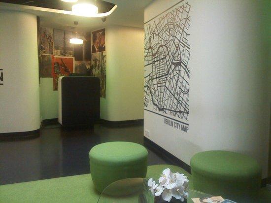 Hotel Gat Point Charlie: la recepción con computadora e internet gratuito