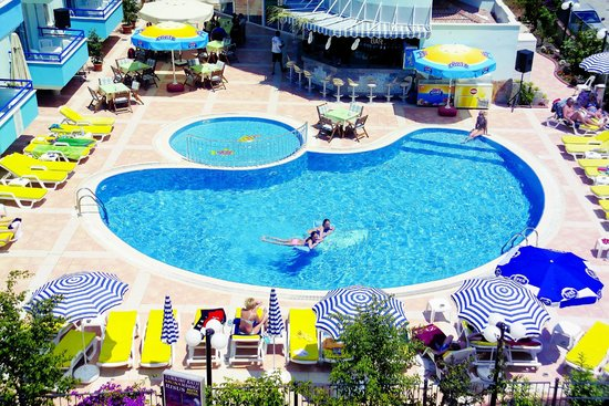 Risus Suit Hotel: Pool