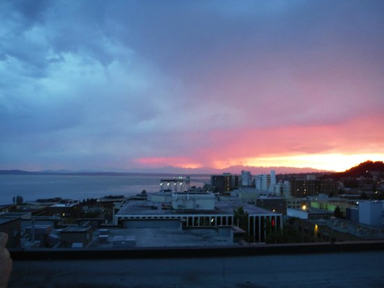 Mediterranean Inn: Sunset on the rooftop deck