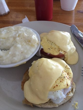 Zachary's Restaurant: Eggs Benedict with grits.