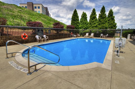 Hampton Inn Greensburg: Seasonal Outdoor Pool