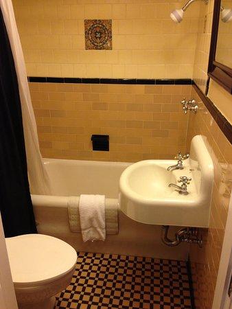 Sonora Inn: Tiled 1950's style bathroom
