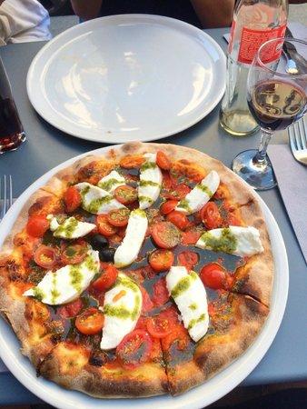 La Cerise sur la Pizza - Saint Paul : A vegetarian pizza with pesto.