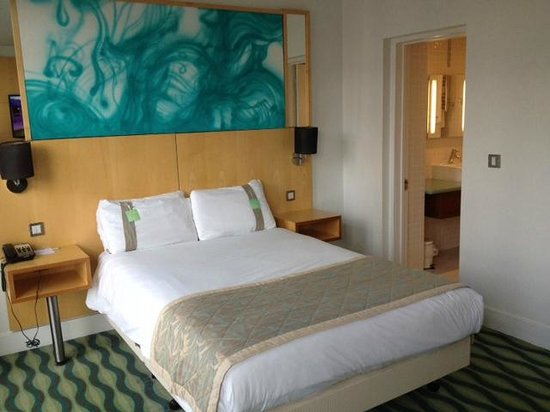 Holiday Inn Birmingham City Centre: Bed & decor - good but not huge for two people