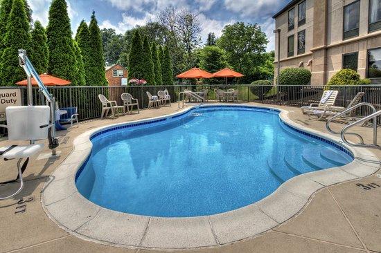Hampton Inn Pittsburgh/West Mifflin : Seasonal Outdoor Pool