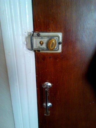 Boscombe Reef Hotel: Puerta con pestillo, sin cierre de seguridad