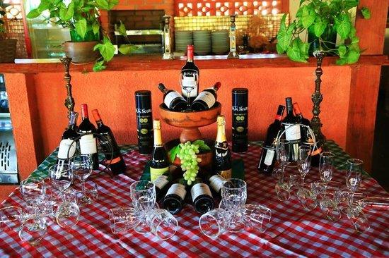 Hotel Fazenda Foz do Marinheiro : mesa de vinhos
