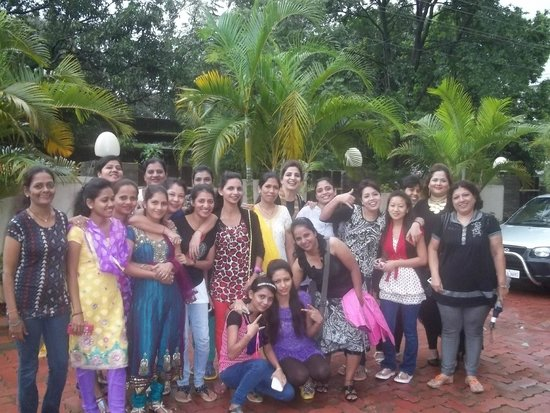 Sunny's Retreat: The Big Group of 20 people at the hotel grounds garden