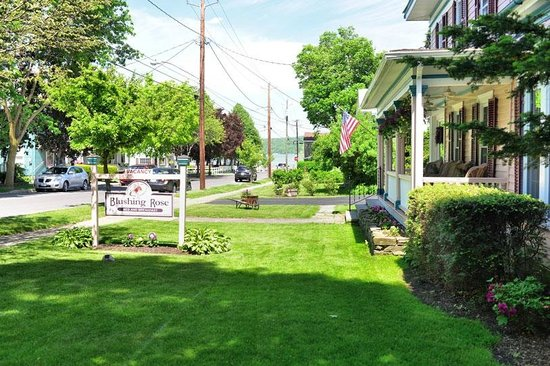 Blushing Rose Bed and Breakfast: Only a Short Walk from Downtown and the Lake.