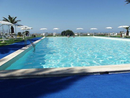 hotel villaggio copacabana: la piscina