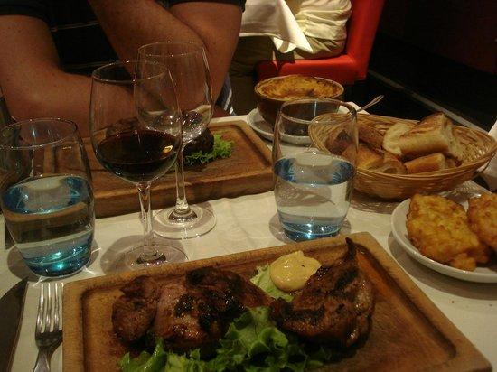 La Cueva del Diablo : Vue d'ensemble de plats de viande.