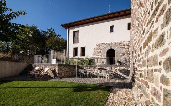 Hotel Rural Torre de Uriz: Exterior jardin