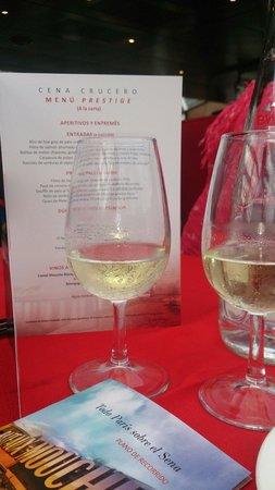 Bateaux Mouches: Carta en español y copa de champán con el entrante.