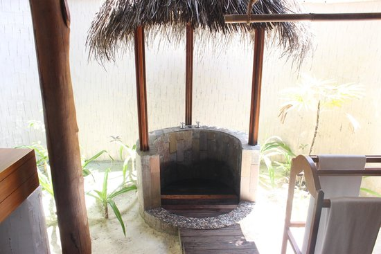 Medhufushi Island Resort: Beach Villa Outdoor Shower