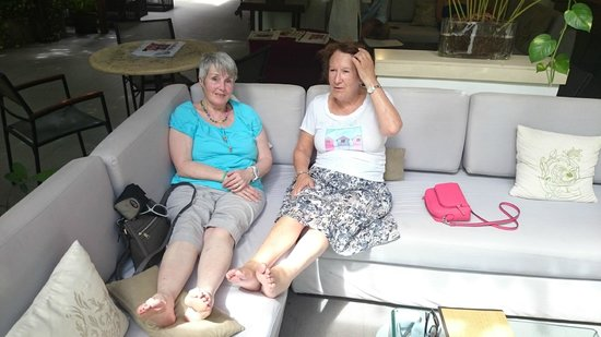 Villa Langka: The ladies cannot take the pace so feet up and coctails
