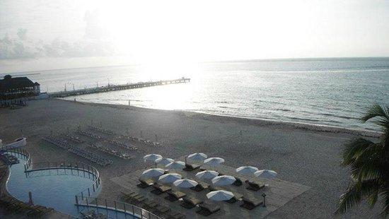 Playacar Palace: Vista do apartamento, mar e espreguiçadeiras.