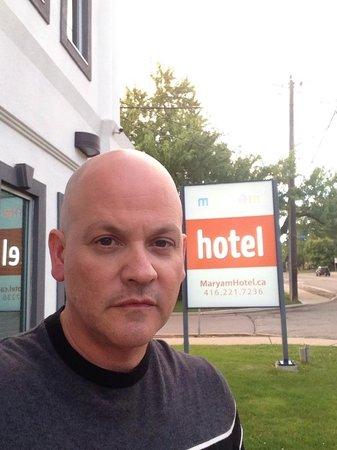 Mary-am Hotel North York: Yo en la puerta