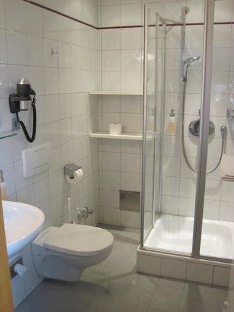 Hotel GERMANIA: Badezimmer