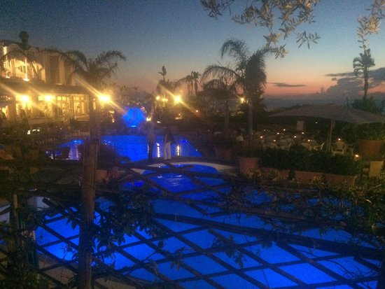 Park Hotel Terme Mediterraneo: Pool in Abendstimmung 1