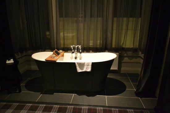 Malmaison Aberdeen: Bathtub in the bedroom