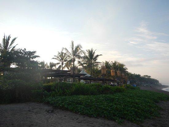 The Samaya Bali Seminyak: ビーチからのウッドデッキ