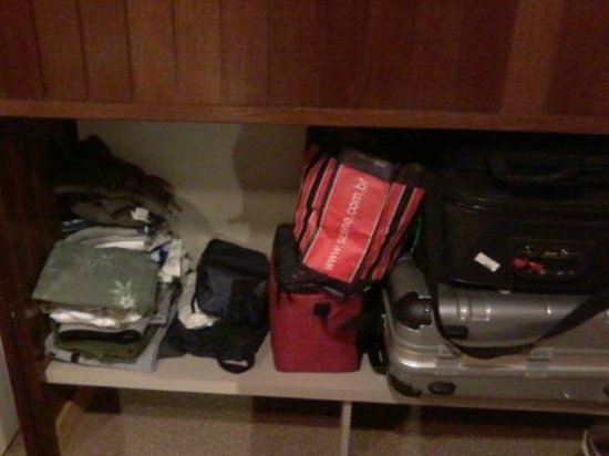 Hotel Laghetto Gramado: Pouquíssimo espaço para roupas, aliás, o quarto era pequeno.