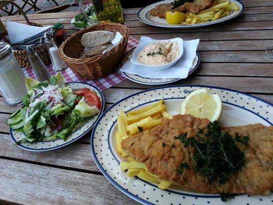 Restaurant Meyer: Wiener Schnitzel geschnitten aus der Kalbskeule mit Pommes frites und gebackener Petersilie + Sa