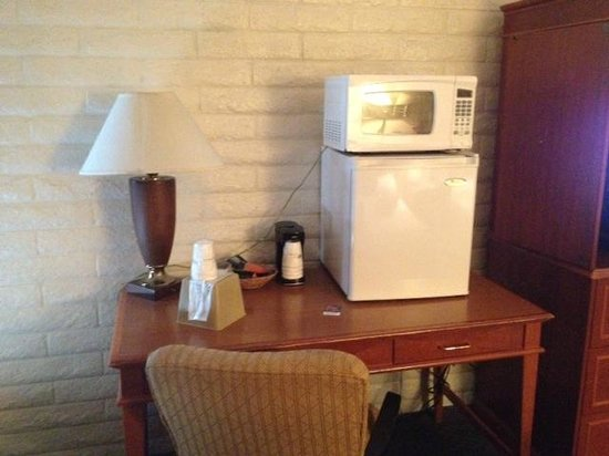 Springdale Inn & Suites: Business desk - or - kitchen counter???