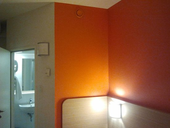 Hotel Premiere Classe Wroclaw Centrum: Nice colors in the room.