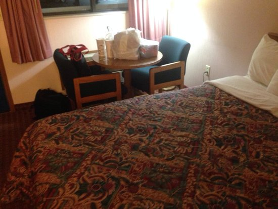 Days Inn Renfro Valley Mount Vernon : Queen bed, two chairs, table.  Bed was surprisingly nice.  Comfy sleep.