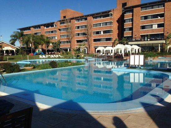 Arapey Thermal Resort and Spa: edificio y piscina