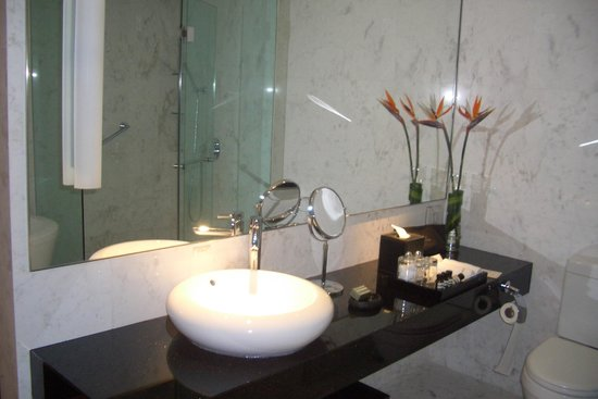 Naumi Hotel: bathroom