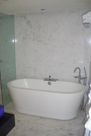 Naumi Hotel: nice bathtub