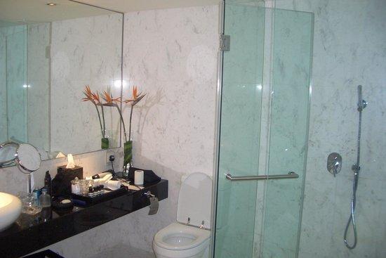 Naumi Hotel: shower