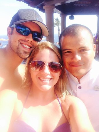 Pueblo Bonito Sunset Beach Golf & Spa Resort : Our favorite bartender, Zenon @ sky pool!