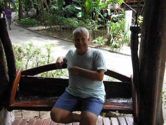 Aonang Cliff View Resort: на качелях у рецепшен