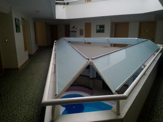 """Lycus River Hotel: Habitaciones rodeando el """"techo"""" de la pileta interna"""