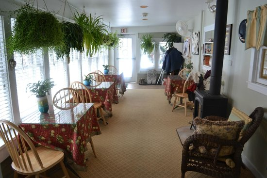 Grape Arbor Bed and Breakfast: Sun room