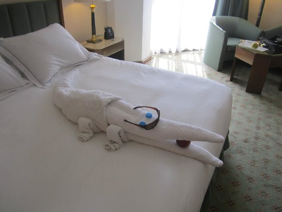 Ramses Hilton: Towel art left by Adil in my 25th floor cozy and spotless room.