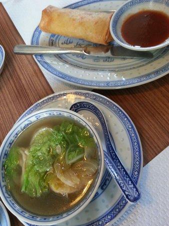 Ya Ke : Vorspeise: Wonton suppe mit selbstgemachtem Frühlingsrollen.