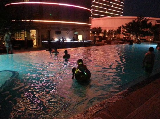 Omni Dallas Hotel : Glow party at the pool!