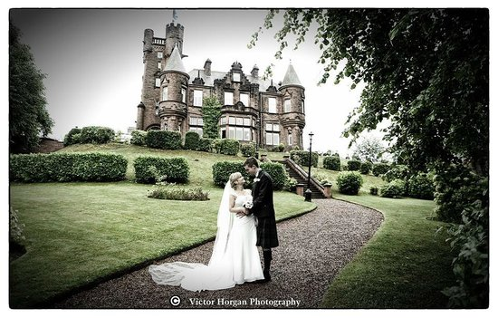 Sherbrooke Castle Hotel: Andrew and Louise in the beautiful grounds of the Sherbrooke.