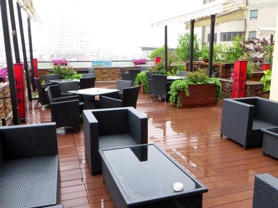 SSAW Boutique Hotel Shanghai Bund: outside breakfast room on patio area shame it was very wet